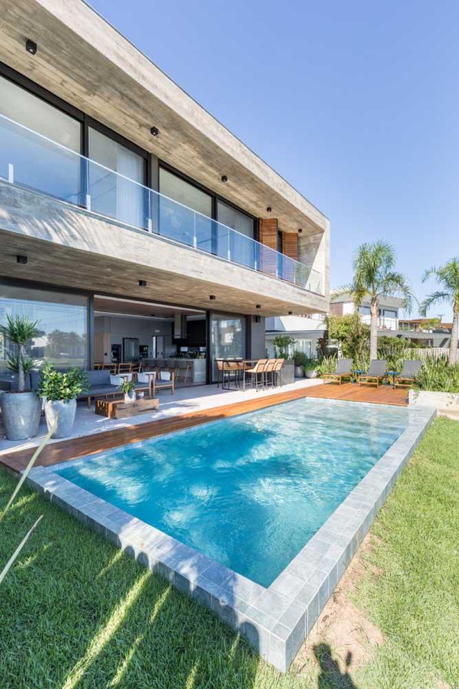 Casa moderna com área de lazer com piscina