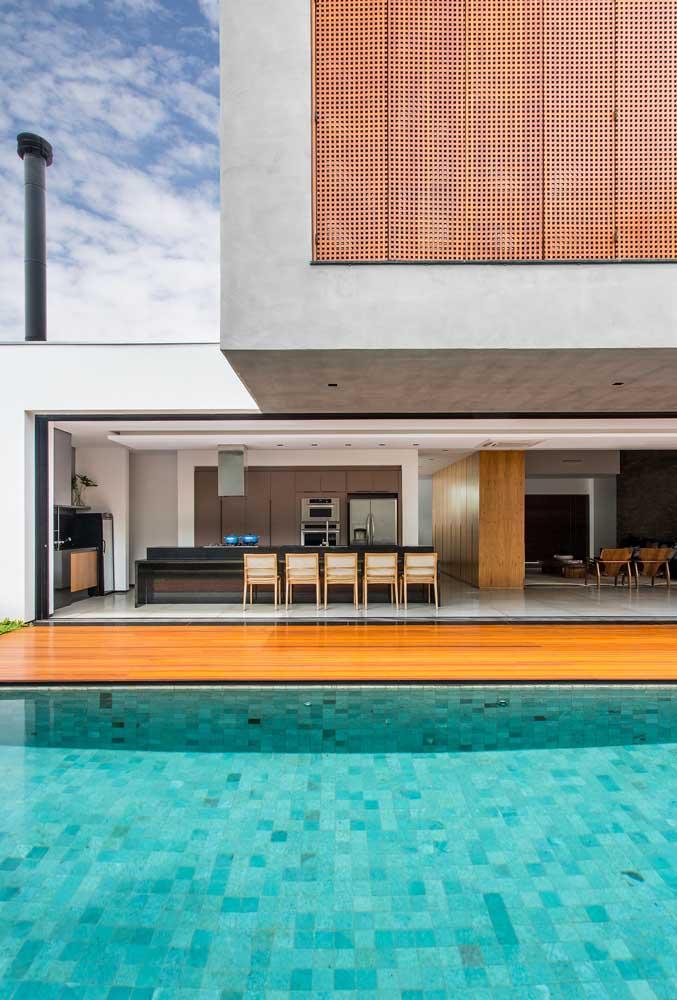 Área de lazer com piscina grande e um espaço gourmet para reunir toda a família