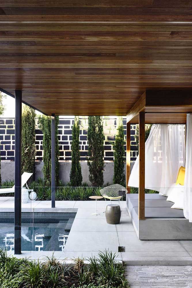 Área de lazer com piscina e área coberta com dossel: um claro convite para momentos de paz e tranquilidade