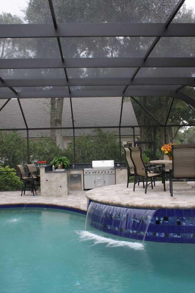 Área de lazer com piscina coberta. Para curtir em qualquer dia, faça chuva ou faça sol