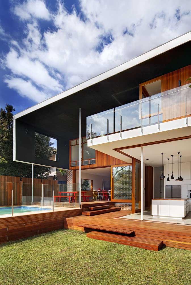 Área de lazer com piscina em deck de madeira. Opção econômica e mais simples de ser feita