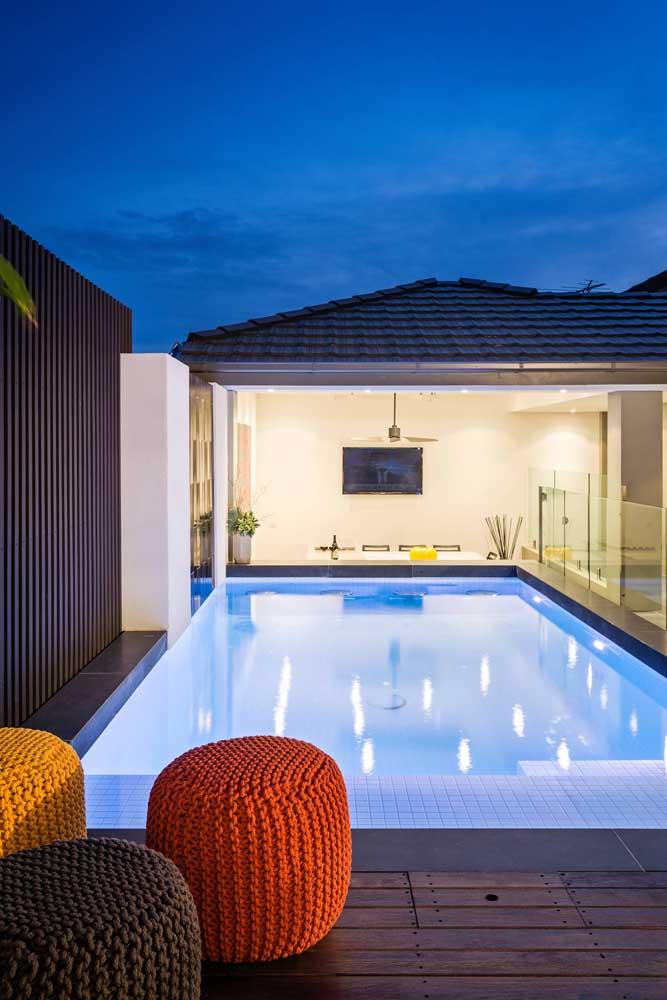 Mesmo simples, a área de lazer com piscina pode causar um belo impacto visual