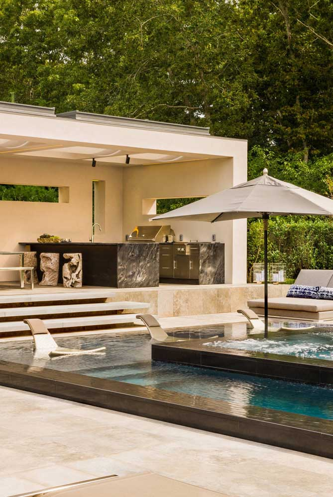 As espreguiçadeiras dentro da piscina não deixam ninguém passar calor