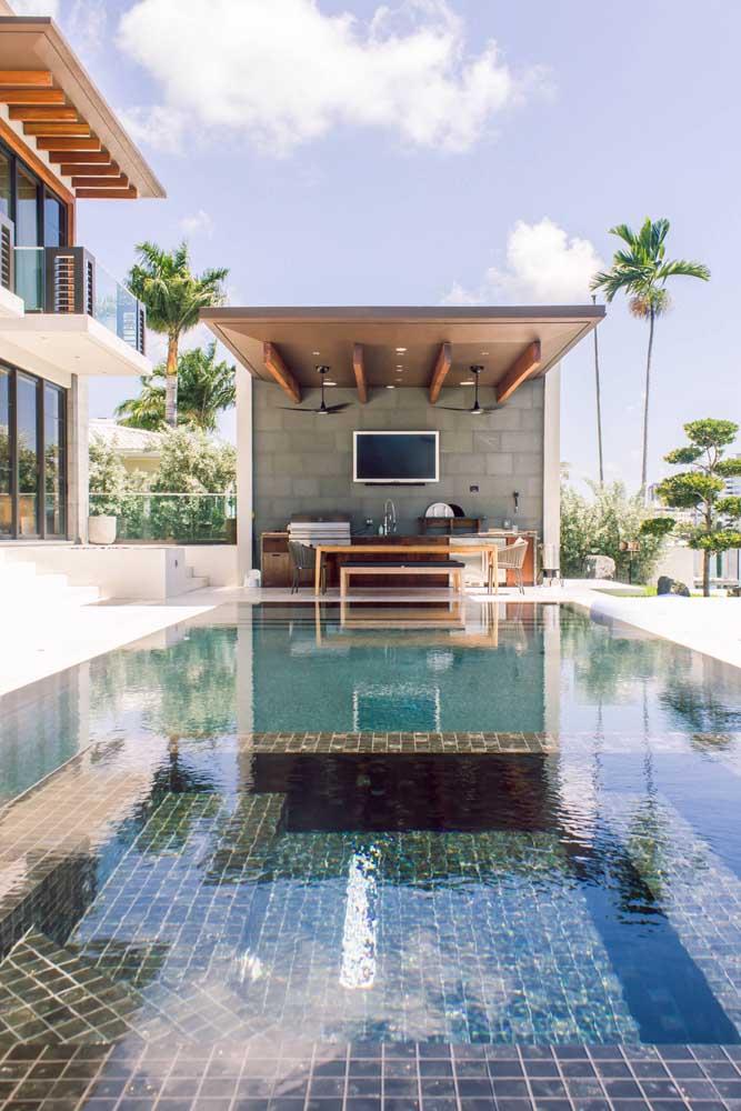 Já nesse outro projeto, a piscina parece invadir o espaço gourmet