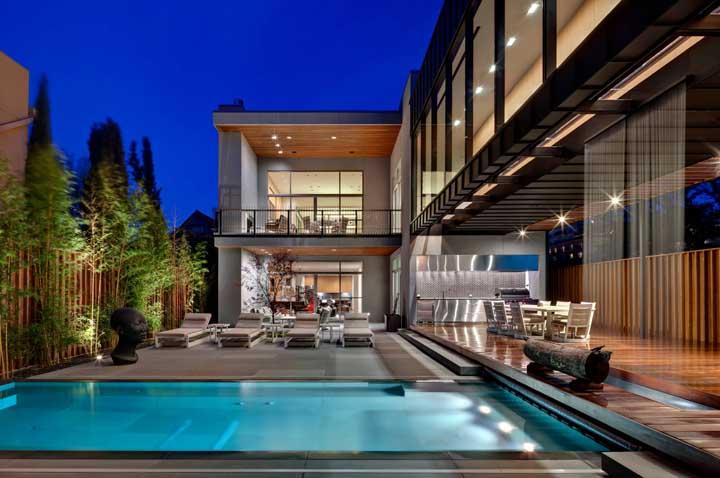 Área de lazer com piscina no quintal da casa sobrado