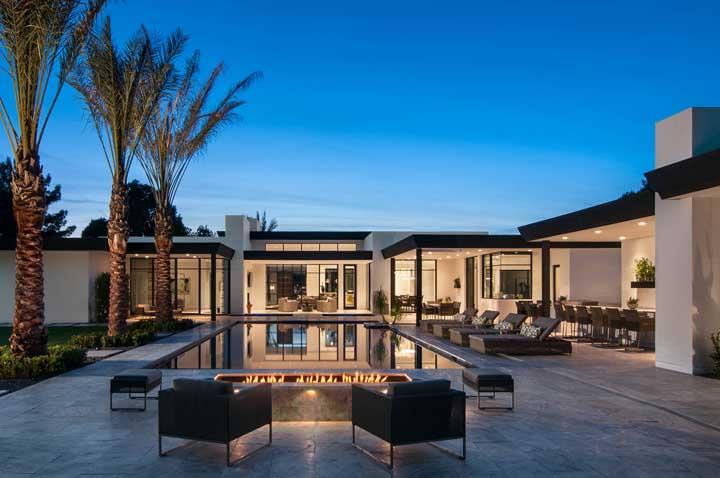 Nesse projeto, as palmeiras ganham destaque e protagonizam o projeto da área de lazer