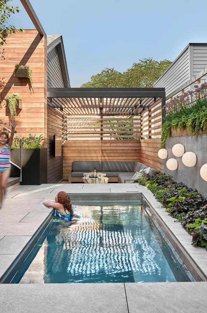 Área de lazer com piscina simples, mas perfeita para curtir a família