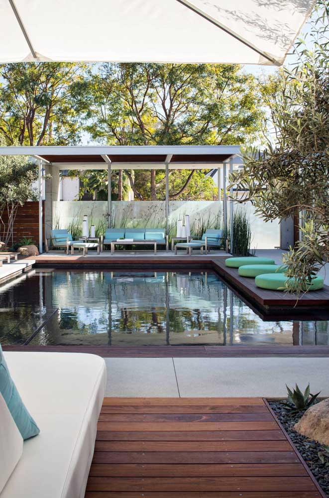 Já aqui, a piscina recebeu um deck de madeira em todo seu entorno