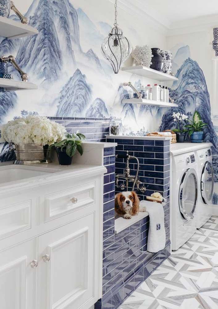 Área de serviço decorada em tons de azul e branco para provar que esse espaço da casa também pode ser elegante e refinado