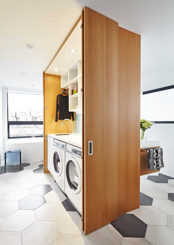 Área de serviço integrada com o banheiro. A solução é a marcenaria planejada