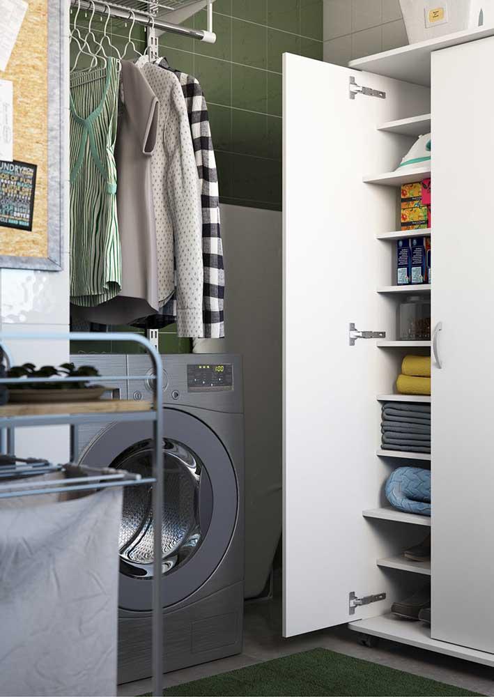 Área de serviço moderna com móvel simples para organizar os produtos de limpeza