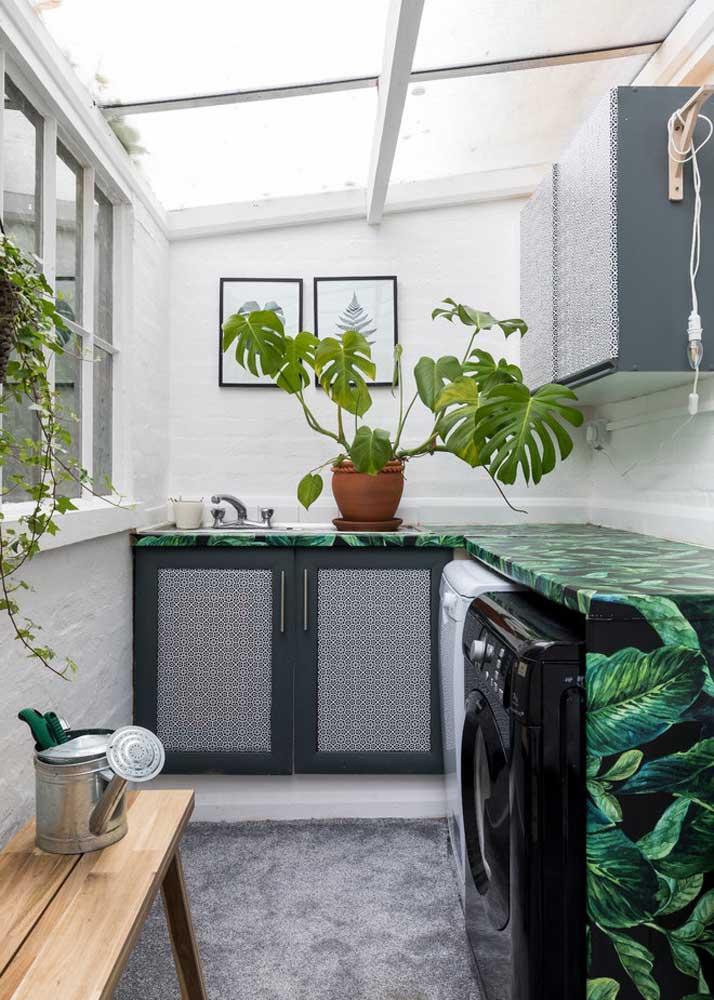 O teto translúcido garante a luminosidade que a área de serviço precisa. Destaque também para a bancada forrada com papel adesivo