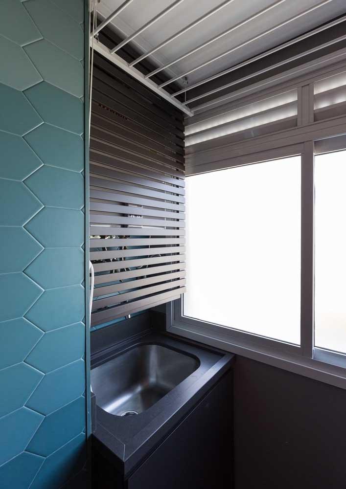 Área de serviço pequena com persiana para ocultar as prateleiras