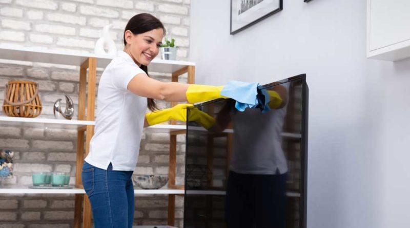 Como limpar tela de TV: passo a passo e descubra porque é tão importante