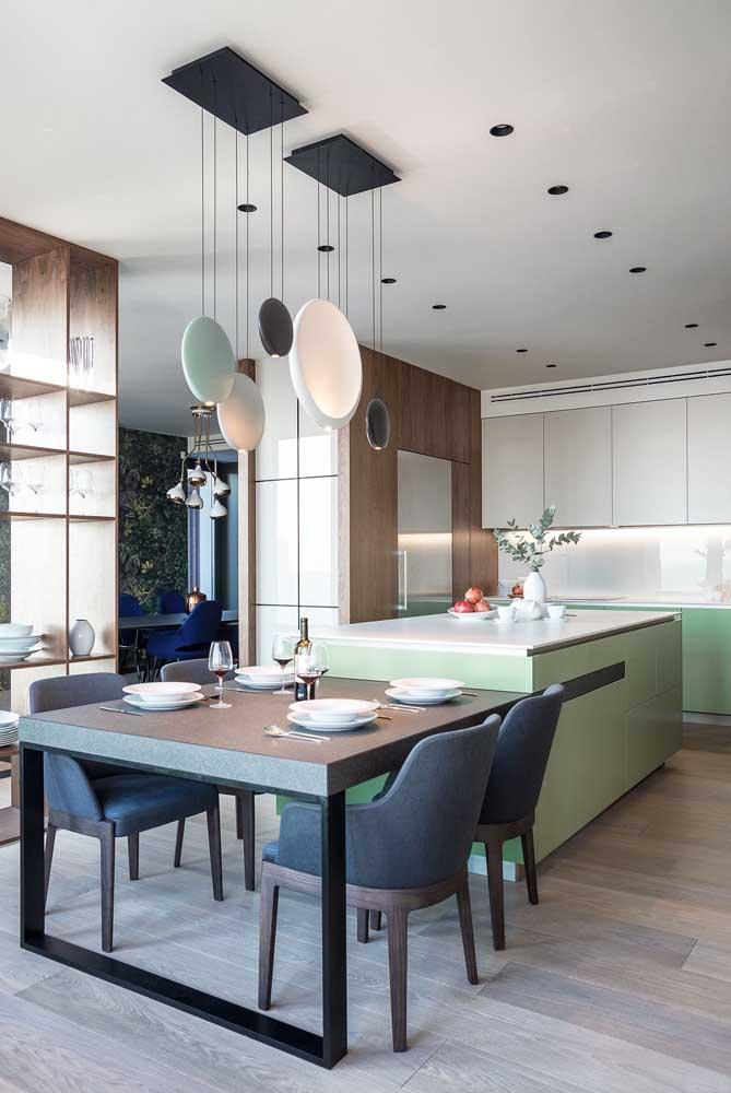 Cozinha americana com sala de jantar moderna. Aqui, o balcão foi acoplado à mesa de jantar