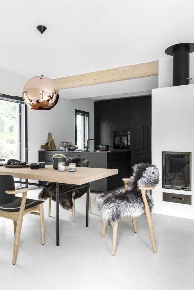 Cozinha preta, sala de jantar branca