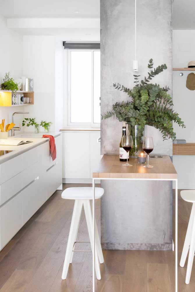 Cozinha americana com sala de jantar pequena. A integração aqui é feita pelo pequeno balcão