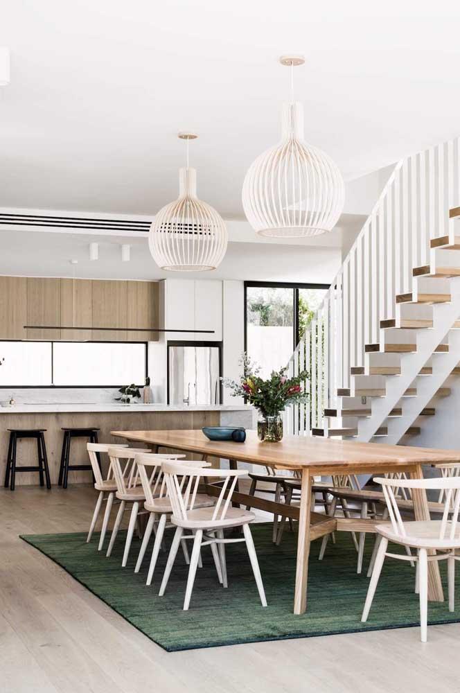 Cozinha americana com sala de jantar em tamanho grande para ninguém colocar defeito