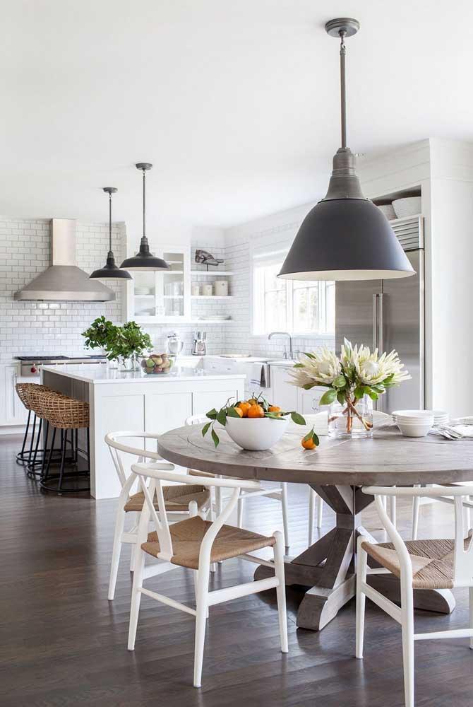 Se tem espaço, aproveite para ter um balcão e uma mesa de jantar