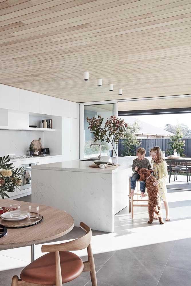 Cozinha americana com sala de jantar. A integração se estende até a varanda da área externa