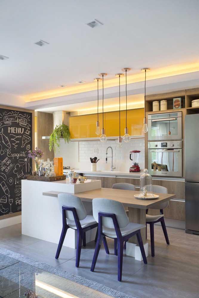 """Cozinha americana com sala de jantar moderna. Repare que a mesa de jantar """"sai"""" de dentro do balcão"""