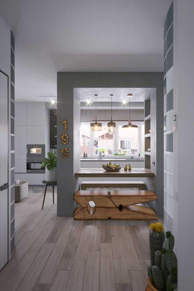 Cozinha americana com sala de jantar integrada também com a sala de estar e ao corredor