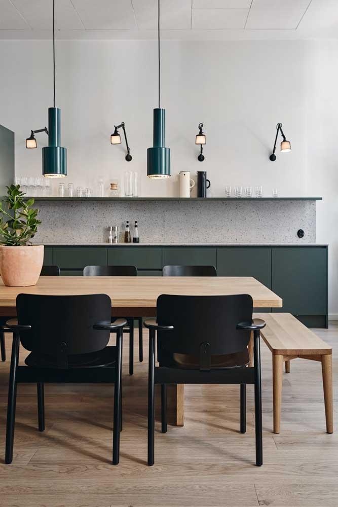 Aqui, um modelo de cozinha americana com sala de jantar sem balcão ou bancada, apenas mesa de jantar