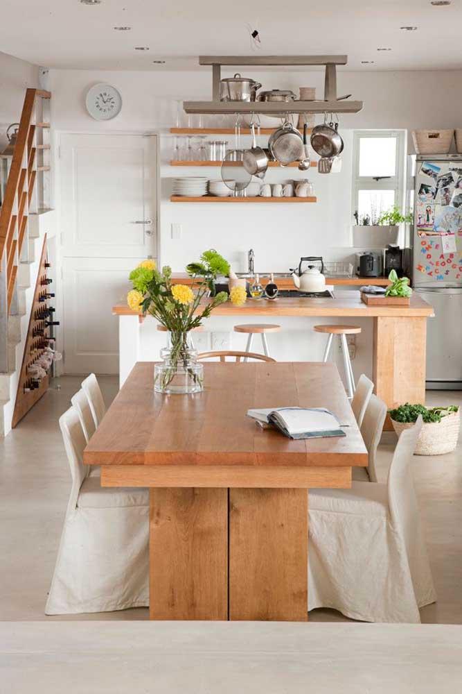 Cozinha americana com sala de jantar em um projeto simples e gracioso que remete às cozinhas de antigamente