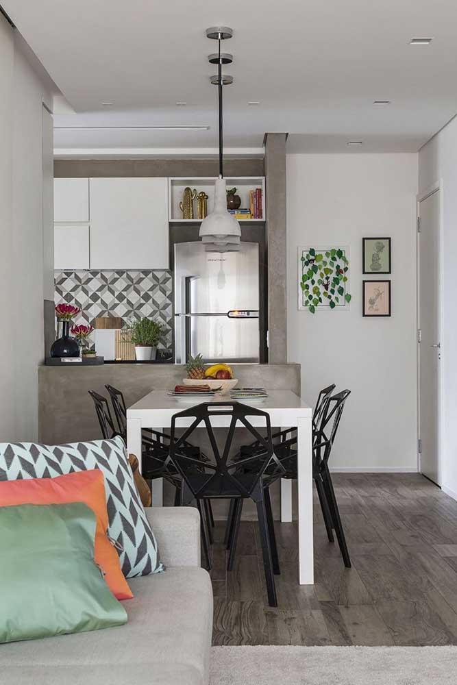 Os detalhes em cimento queimado deixam a cozinha americana com sala de jantar mais moderna e despojada