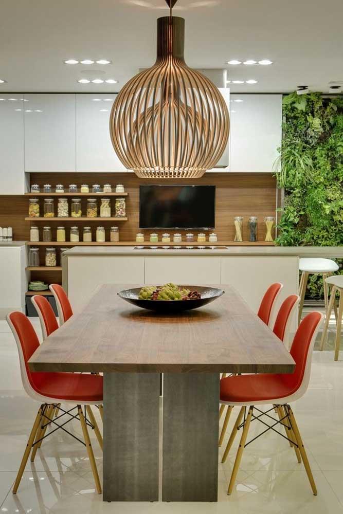 Que tal um jardim vertical na sua cozinha americana com sala de jantar?