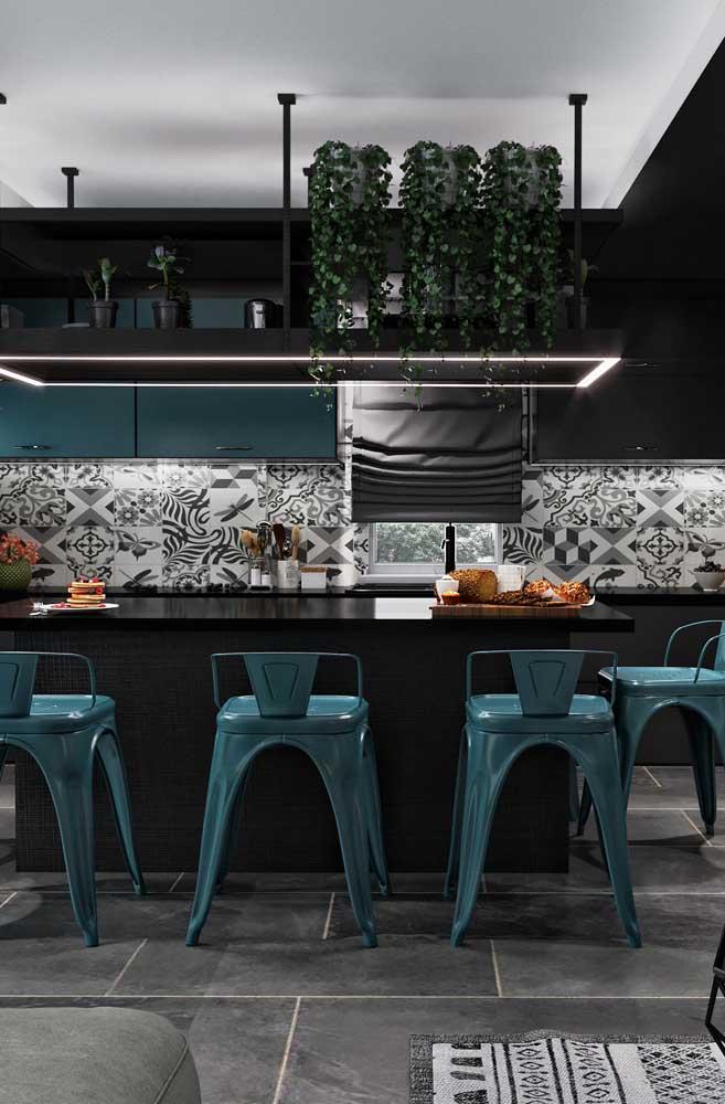 Cozinha americana com sala de jantar moderna em tons de preto e cinza e detalhes em azul