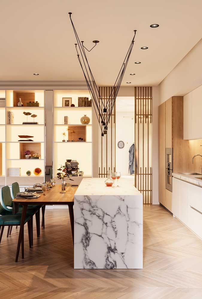 Cozinha americana integrada a sala de jantar pelo balcão de mármore