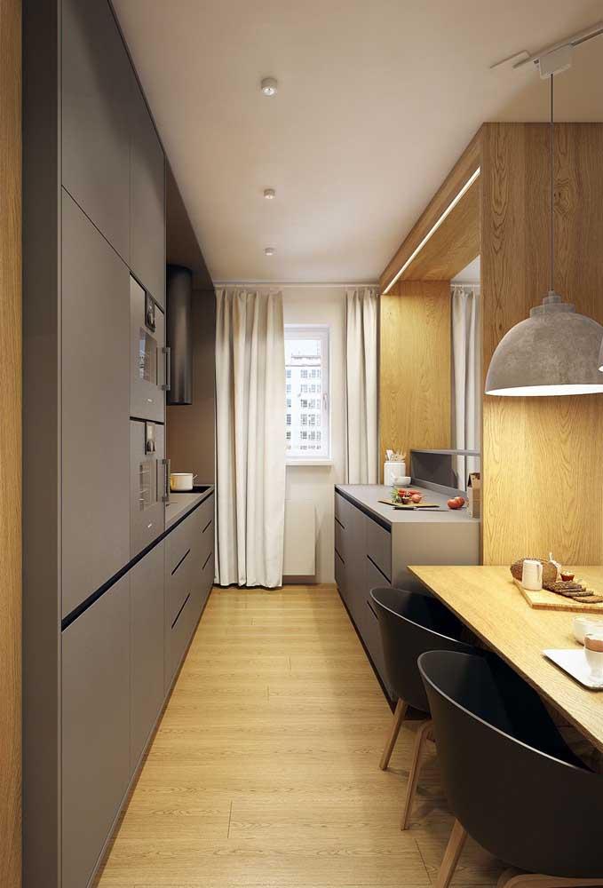 Quem disse que uma cozinha corredor não pode ser integrada à sala de jantar?