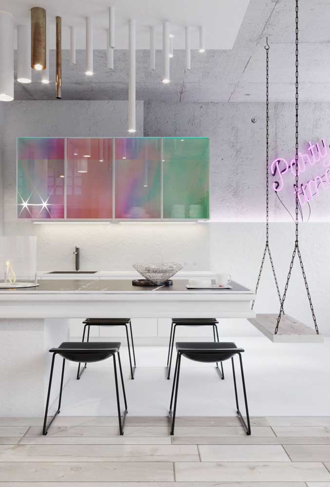 Um projeto conceitual de cozinha americana com sala de jantar. Destaque para o balanço e os armários em cores iridescentes