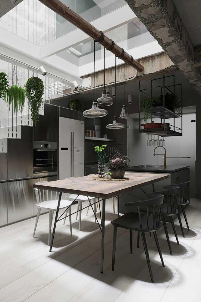 O teto de vidro é o destaque dessa cozinha americana com sala de jantar