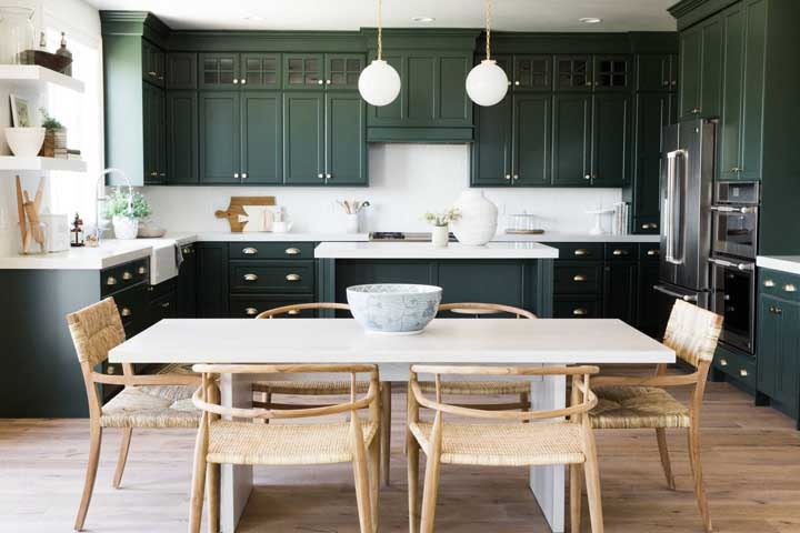 A perfeita combinação entre o elegante verde dos armários e da rusticidade das fibras naturais