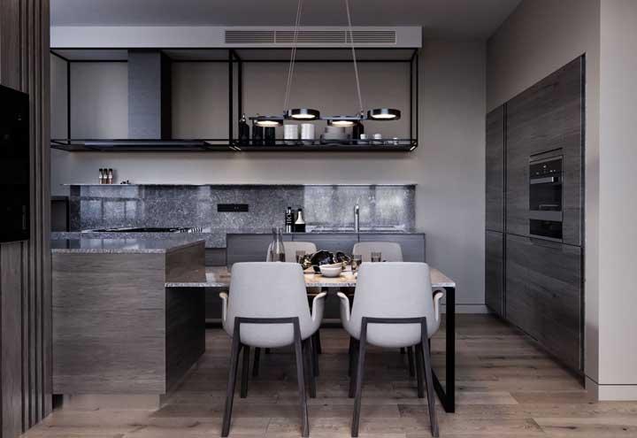 Cozinha americana com sala de jantar. O balcão, a bancada e o revestimento da parede são de granito