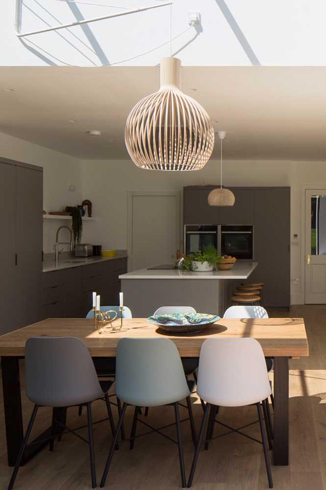 Leve toque amadeirado para trazer conforto à cozinha americana com sala de jantar