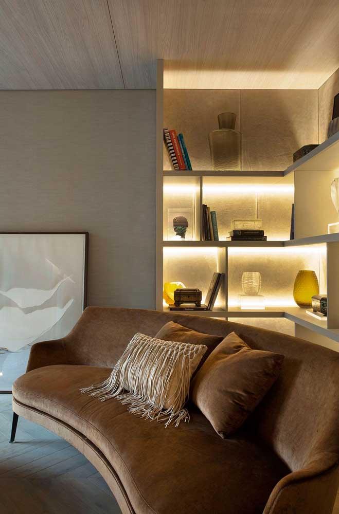Nichos em MDF planejados para a sala de estar de decoração clássica