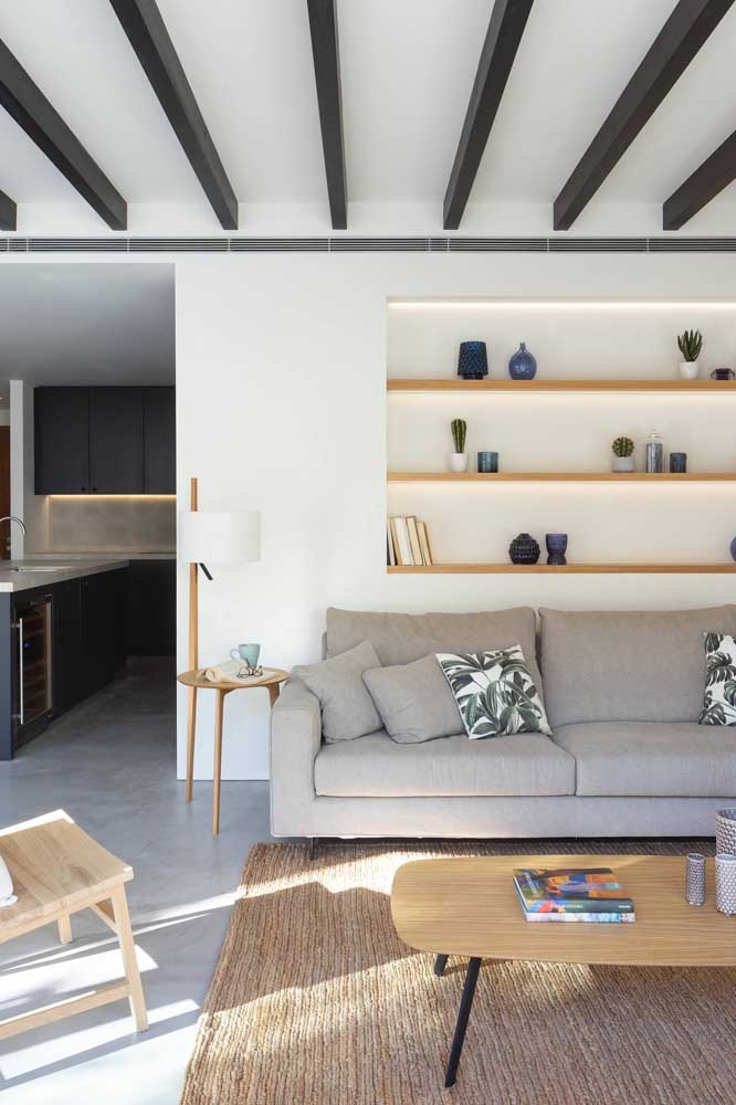 Nichos na parede atrás do sofá: uma alternativa ao uso de quadros