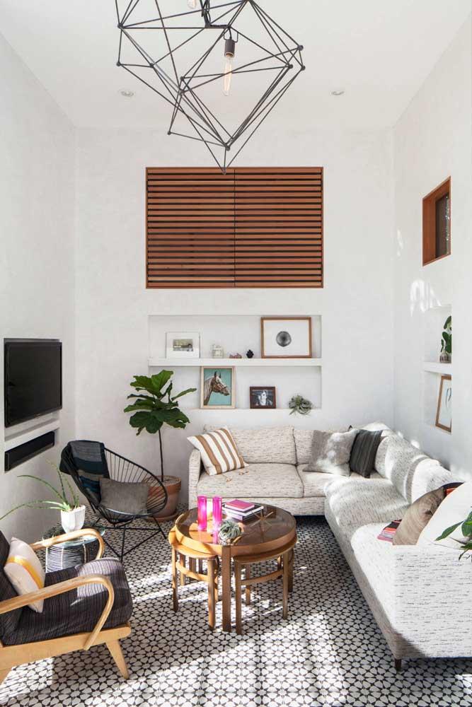 Os nichos embutidos na parede são perfeitos para quem tem pouco espaço na sala