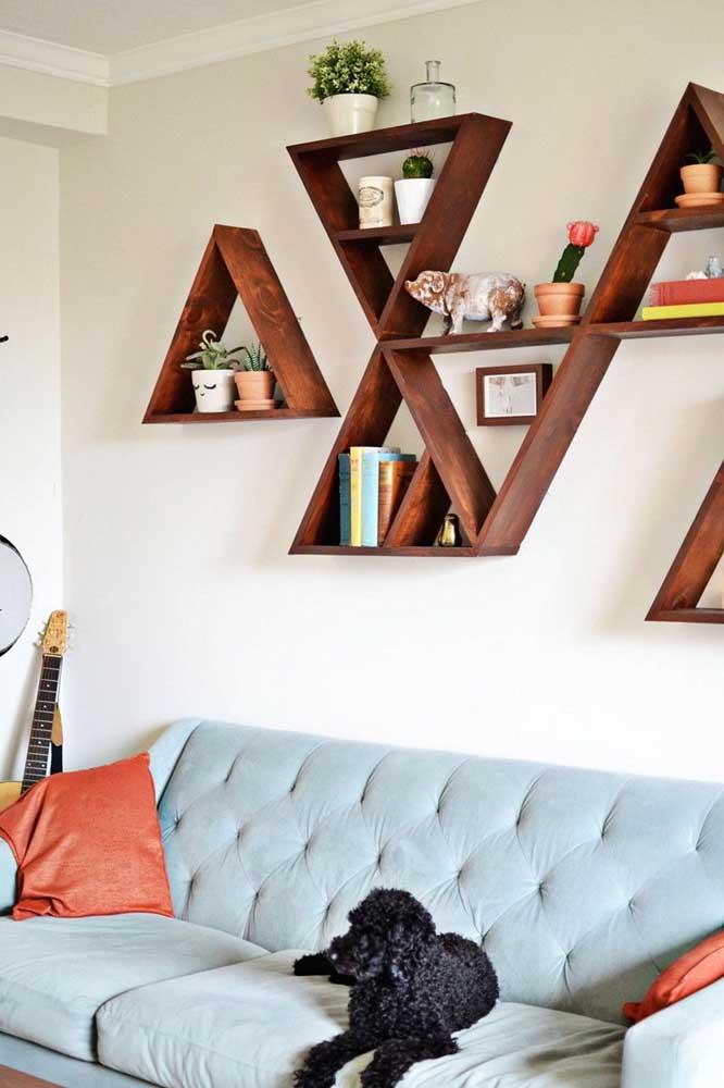 Nichos triangulares de madeira encaixados um no outro: efeito moderno para sala de estar