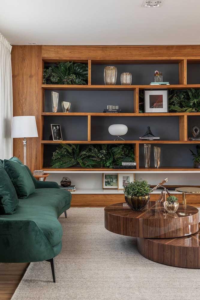 Nichos de madeira retangulares. Apesar de serem do mesmo formato, cada nicho tem um tamanho diferente