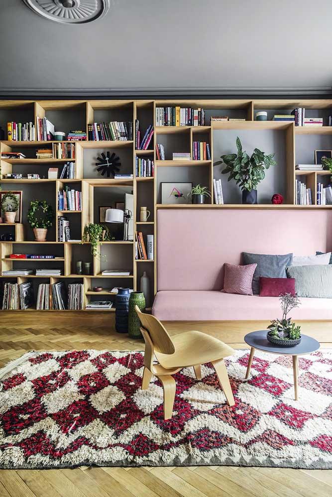 Nichos para sala em tamanhos e formatos diferentes formando uma composição única na parede
