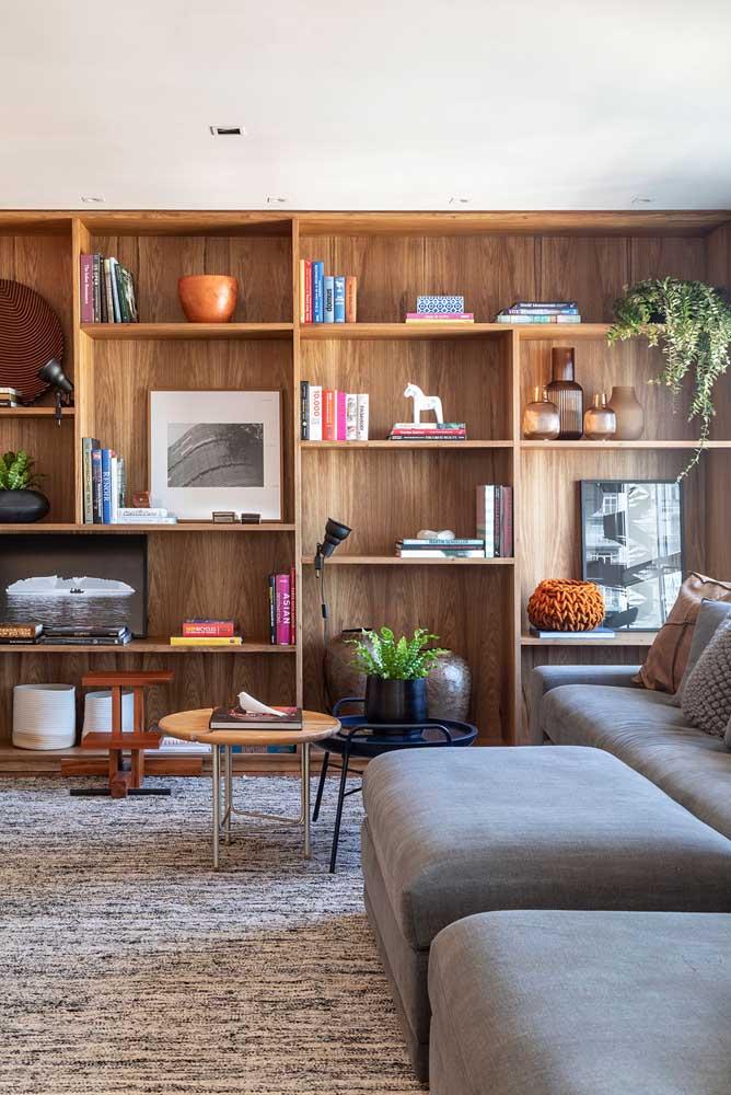 Nichos de madeira para sala de estar. Repare que eles ocupam o espaço de uma estante