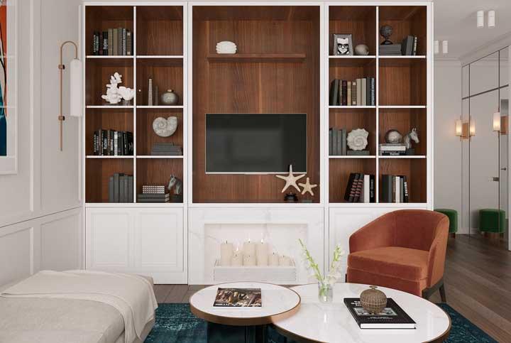 Nichos de madeira em contraste com o armário branco clássico