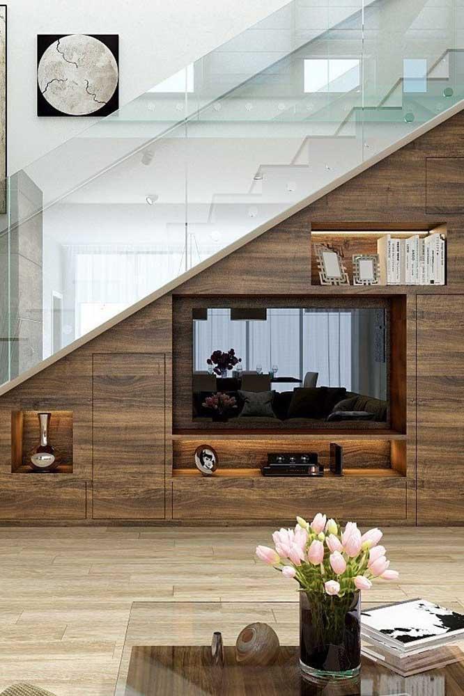 Aproveite o espaço embaixo da escada para instalar nichos