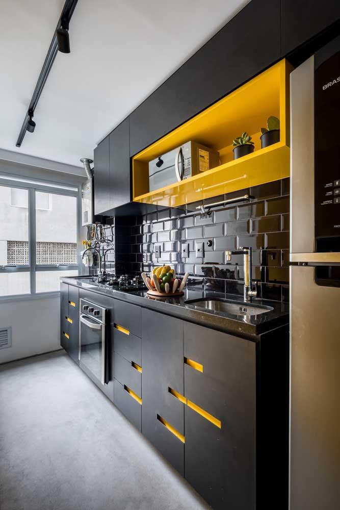 """Cozinha moderna com piso de cimento queimado. O amarelo ajuda a """"aquecer"""" o espaço"""