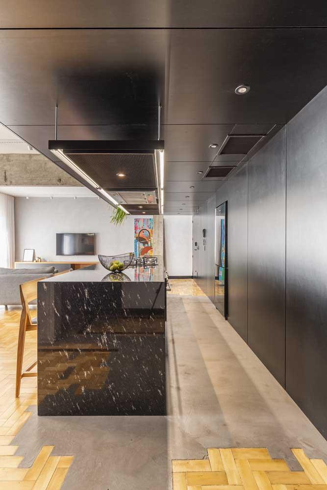 Nessa cozinha moderna, o cimento queimado foi usado em conjunto com o piso de madeira
