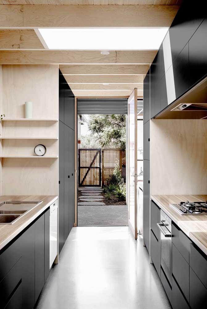 Os móveis de madeira deixam a cozinha de cimento queimado mais aconchegante
